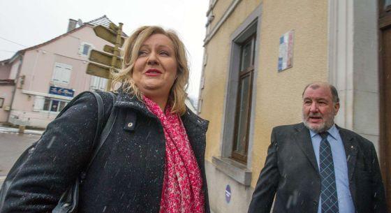 A candidata da Frente Nacional em Doubs, Sophie Montel (esquerda), chega a seu colégio eleitoral.