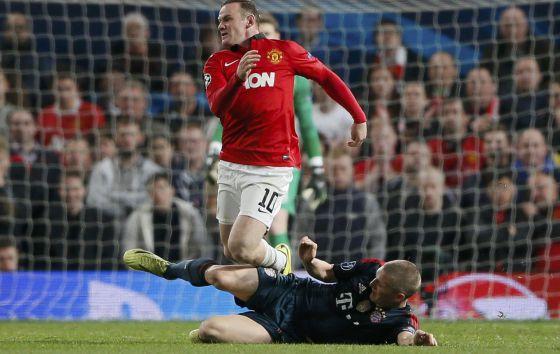 Schweinsteiger, na entrada a Rooney que lhe custou a segunda amarela.