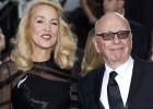 Magnata do setor de mídia anunciou o noivado com a ex-modelo em uma nota na seção de sociedade do jornal 'The Times'