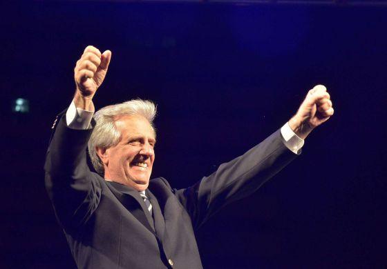 O presidente eleito do Uruguai, Tabare Vazquez, celebra sua vitória.