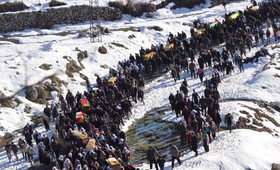 Funeral pelos mortos durante os combates entre simpatizantes do grupo armado PKK e forças de segurança turcas nas localidades curdas de Cizre e Silopi na terça-feira.