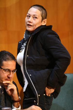Nelma Kodama, exibindo para a CPI onde levava o dinheiro: no bolso, e não na calcinha.