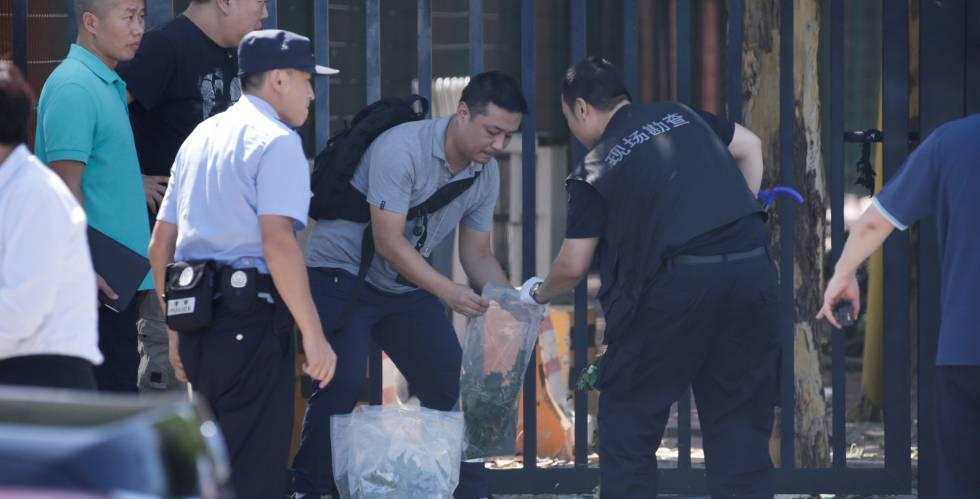 A polícia chinesa trabalha no local da explosão.