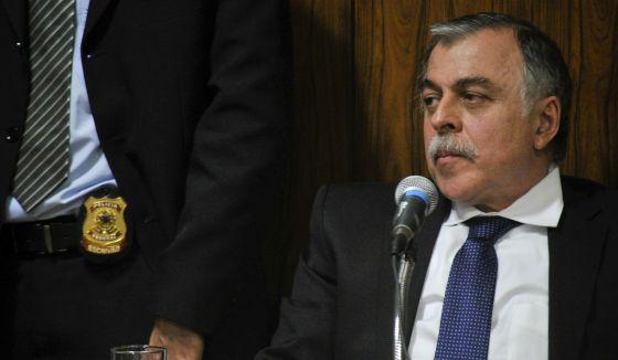 Paulo Roberto Costa, ao lado de um policial, na CPI da Petrobras.