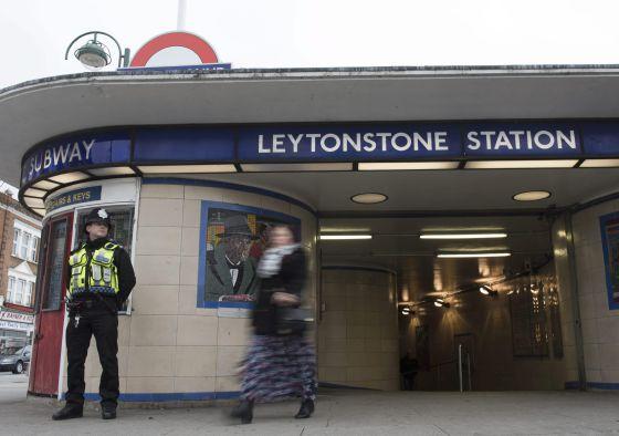 Policial do lado de fora da estação Leytonstone.