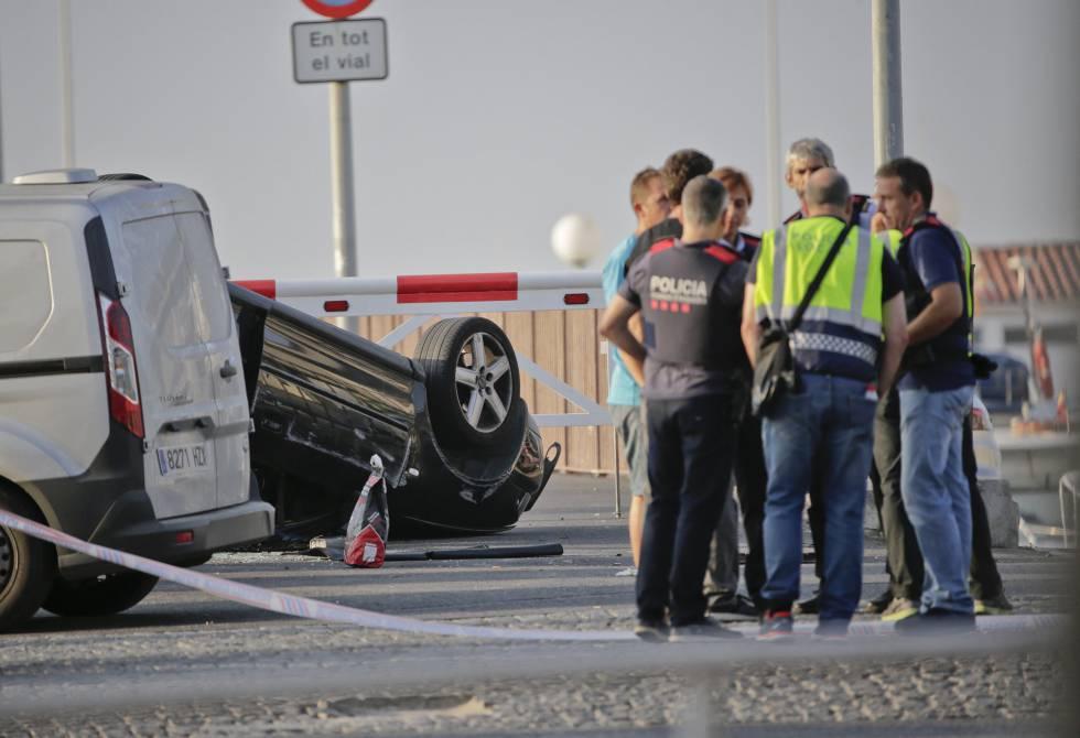 Agentes da polícia junto ao veículo utilizado pelos terroristas.