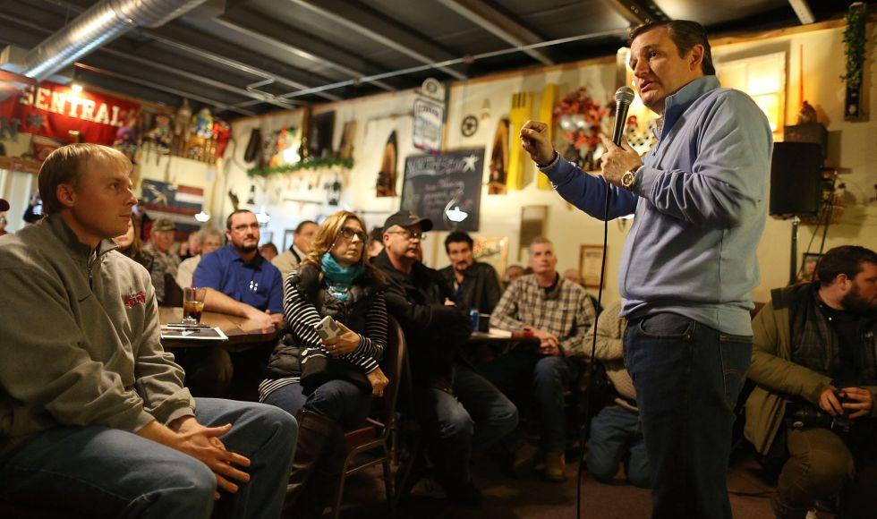 O candidato republicano Ted Cruz em um restaurante de Iowa.