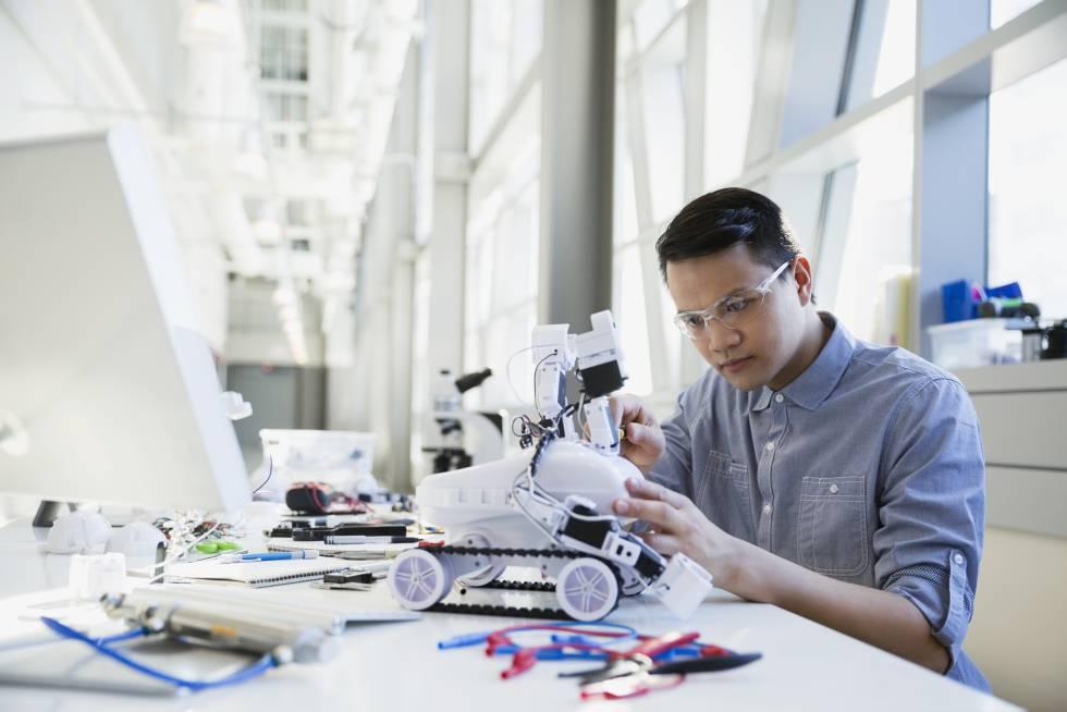 Engenheiro constrói um robô.