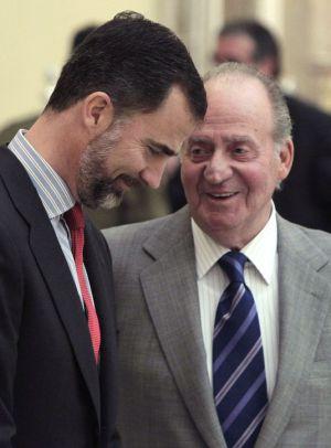 O Rei dom Juan Carlos, junto ao Príncipe de Astúrias.