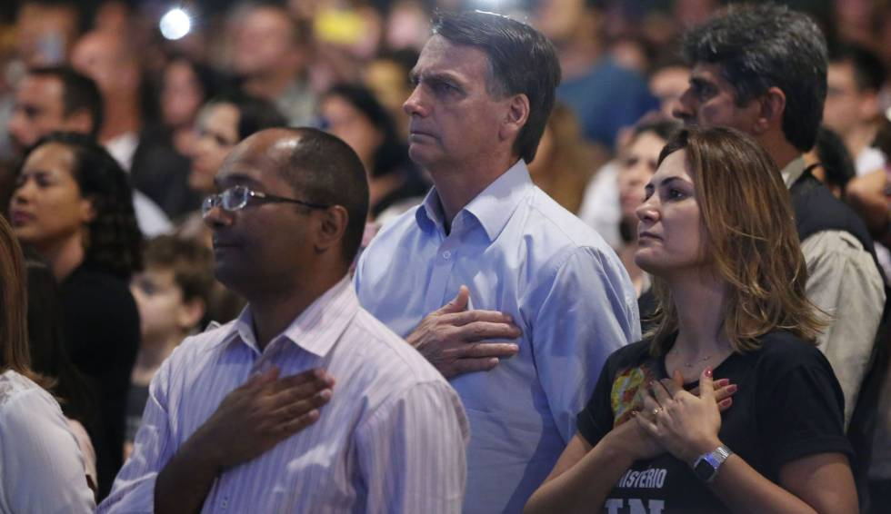 Jair e Michelle Bolsonaro, em culto evangélico neste domingo.