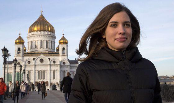 Nadezhda Tolokónnikova, com a catedral Cristo Redentor ao fundo.