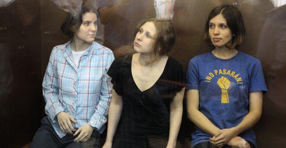 Nadezhda Tolokonnikova, Maria Alyokhina y Yekaterina Samutsevich, do grupo Pussy Riot, em um tribunal de Moscou.