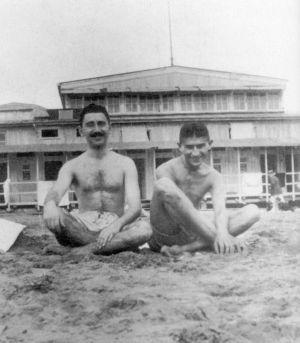 Franz Kafka (à direita), quando jovem, em uma praia.