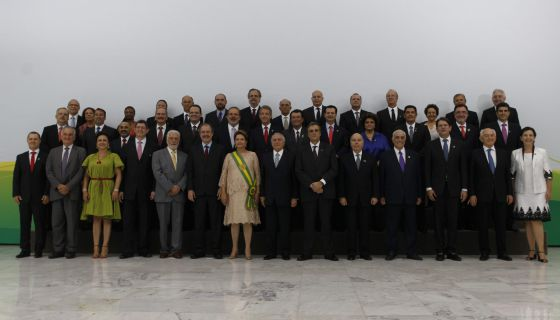 Dilma e seus 39 ministros após a posse.