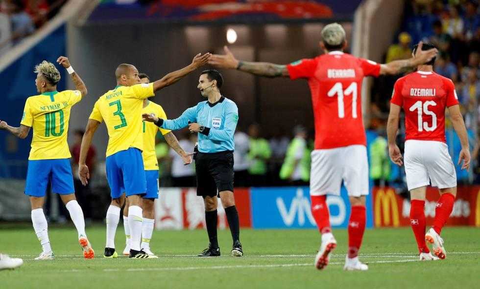 Jogadores reclamaram do gol sofrido após empurrão em Miranda.