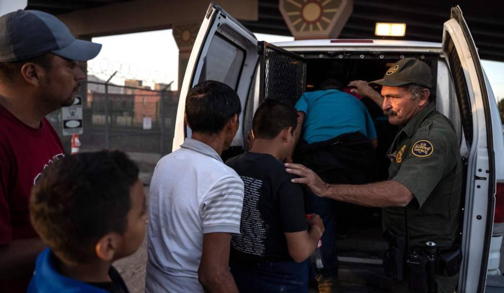 Alguns centro-americanos são transportados a um centro de detenção em El Paso, Texas, em maio passado.