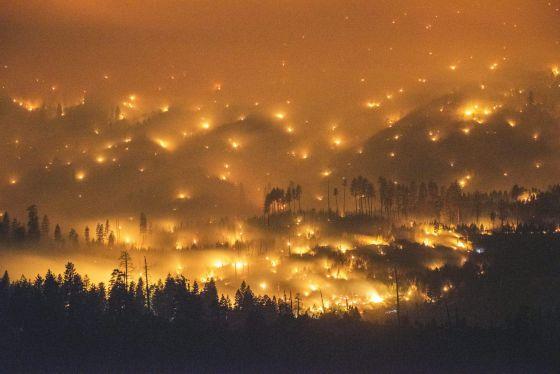 Vista do incêndio perto de Yosemite, ontem.