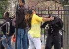 As imagens de uma mulher repreendendo duramente seu filho durante os protestos na cidade se tornaram virais