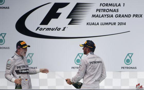 Hamilton molha Rosberg depois da vitória dupla da Mercedes.