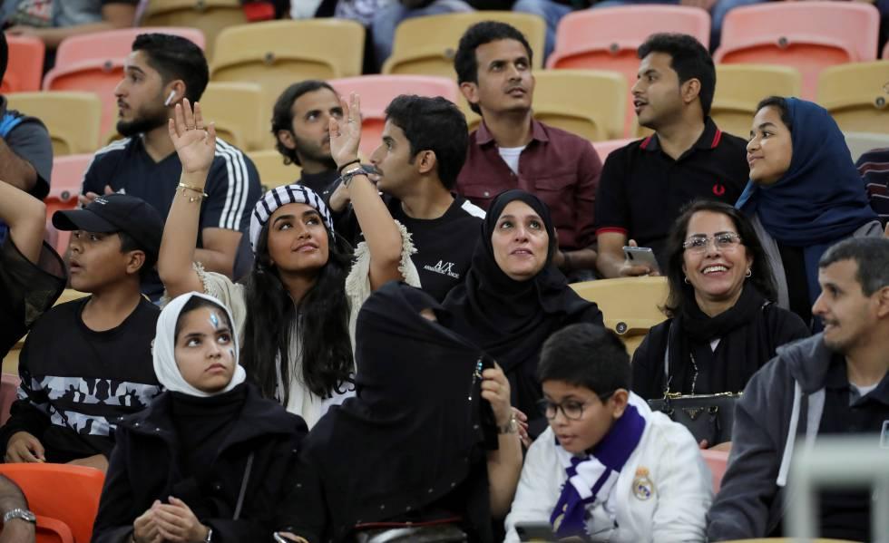 Homens e mulheres dividem as arquibancadas ontem no estádio onde aconteceu a partida entre Valencia e Real Madrid.