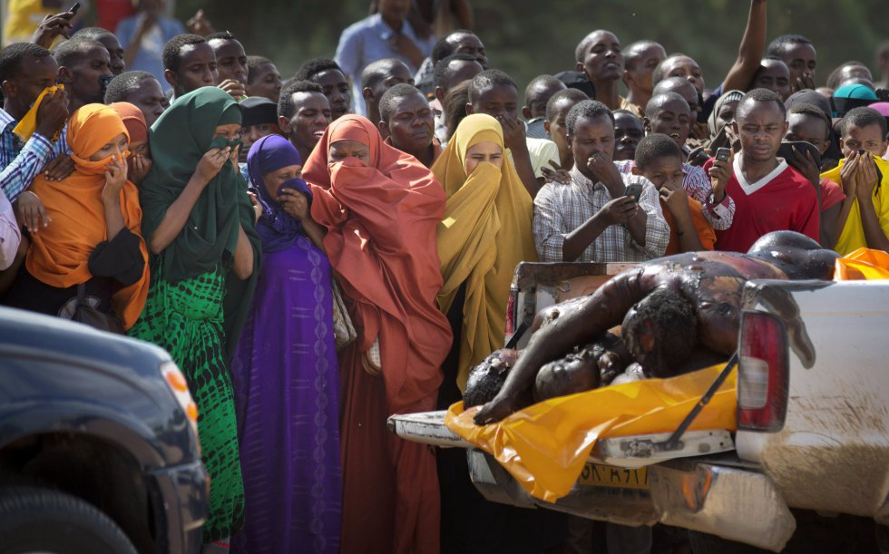 Várias mulheres tampam o nariz para se proteger do fedor dos corpos exibidos pela polícia dos supostos assaltantes que participaram do atentado da Universidade de Garissa, no Quênia, onde 148 estudantes foram assassinados. O massacre por membros da milícia jihadista Al Shabab foi o pior ataque no país africano.
