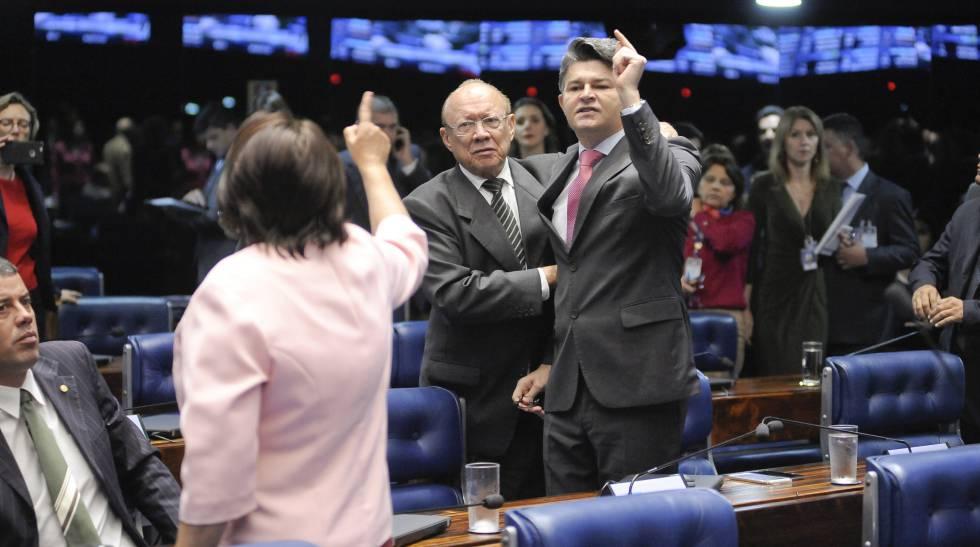 Senador Medeiros (PSD-MT) discute com a senadora Fátima Bezerra (PT-RN), que disse que Congresso não tinha moral para votar a PEC.