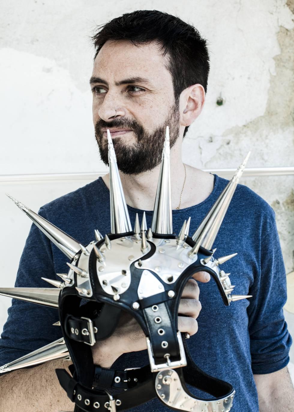 Cecilio Castrillo, com uma de suas criações, um capacete de inspiração punk.