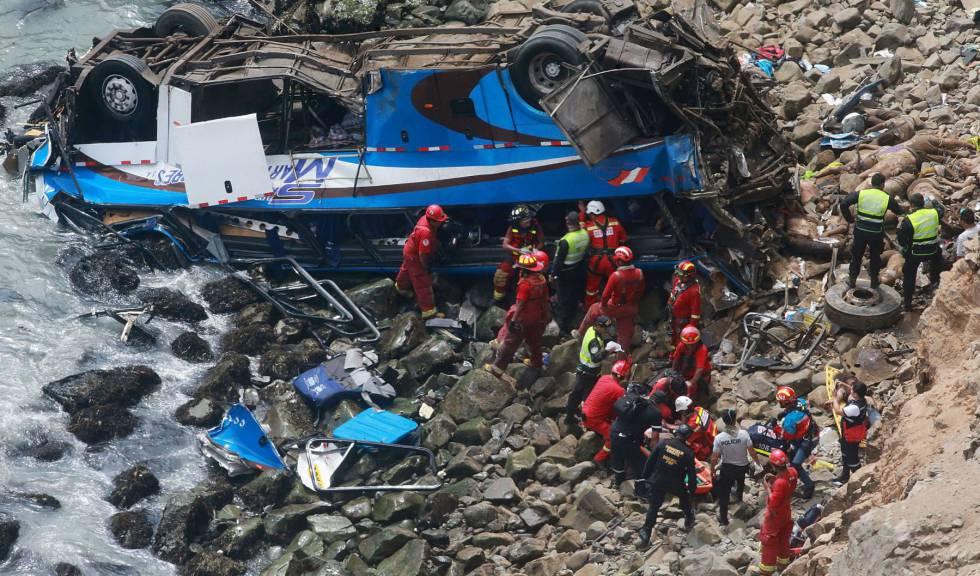 Serviços de emergências próximos ao ônibus acidentado nesta terça-feira em Pasamayo (Peru).