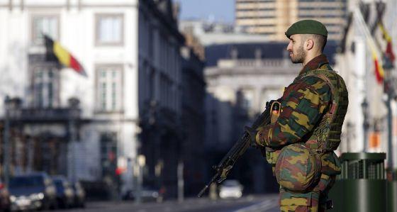 Um soldado vigia a Embaixada dos EUA em Bruxelas.
