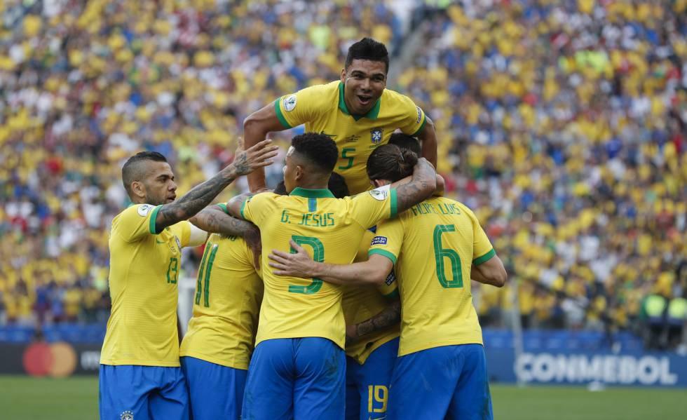 Seleção comemora o terceiro gol, marcado por Everton.