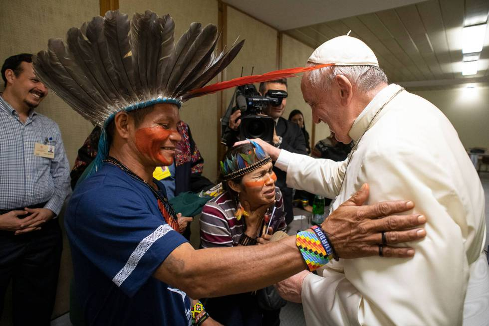 El papa Francisco recibe a personas de la Amazonia durante el sínodo, el pasado día 17