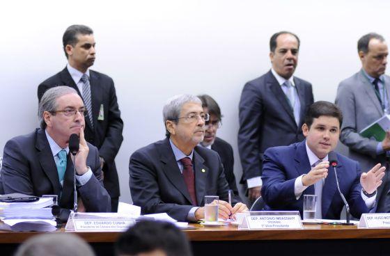 Cunha (à esq.) na sessão da CPI.