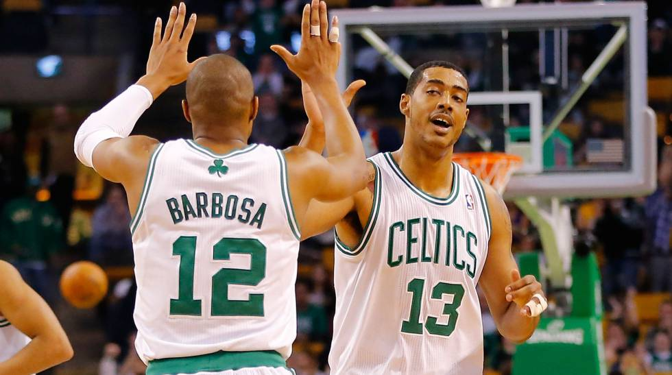 Fab Melo, com o número 13, quando jogava nos Celtics.