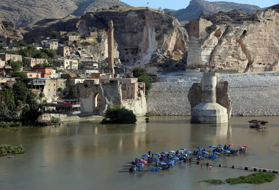 Restos da ponte de Hasankeyf recobertos de cimento.