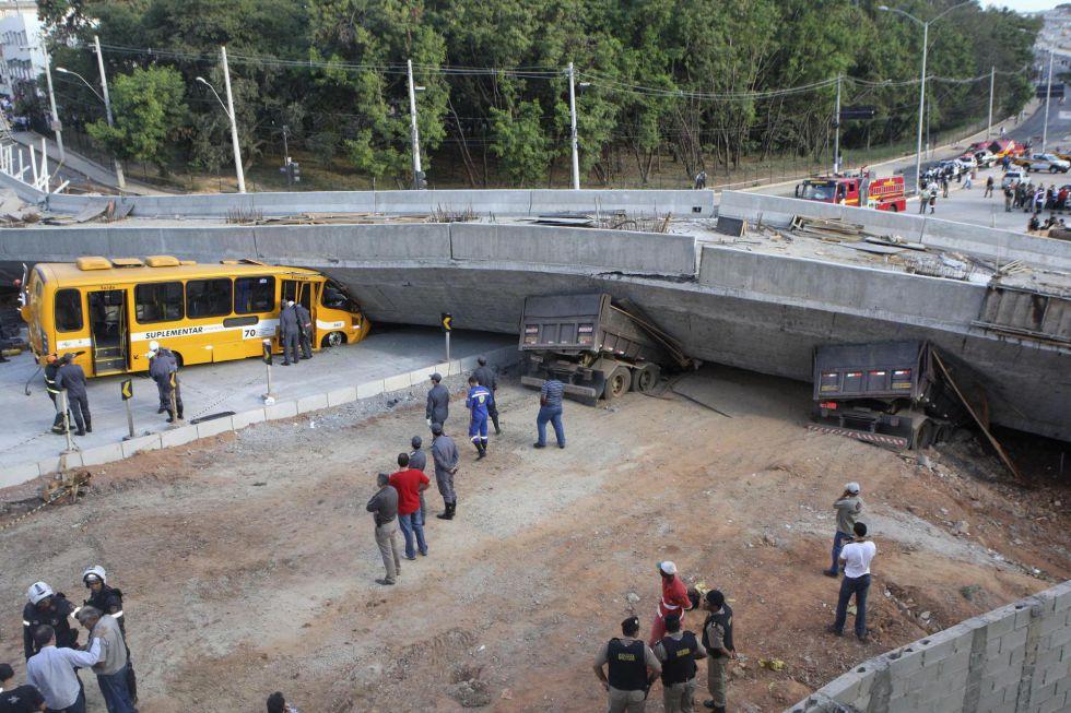 Os serviços de emergência tentam retirar os veículos sob o viaduto que desabou em Belo Horizonte.