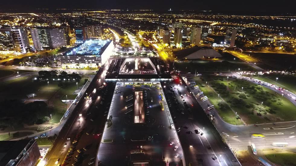 Zona central de Brasília iluminada por lustres de LED.