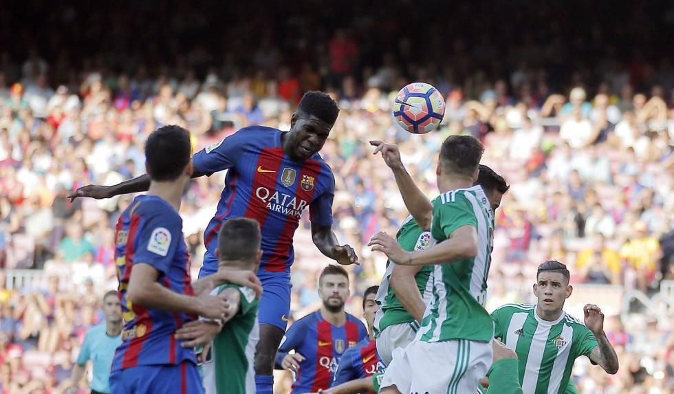 Samuel Umtiti cabeceia a bola no jogo entre Barcelona e Betis. / Manu Fernández (AP)