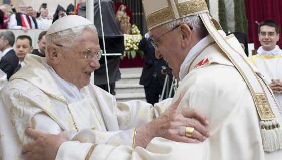 O papa Francisco (direita) saúda ao papa emérito, Bento XVI,  durante a cerimônia de canonización de Roncalli y Wojtyla.