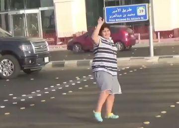 """A polícia, que já o liberou, foi atrás do garoto por causa de um vídeo em que ele aparece dançando """"Macarena"""" na rua"""