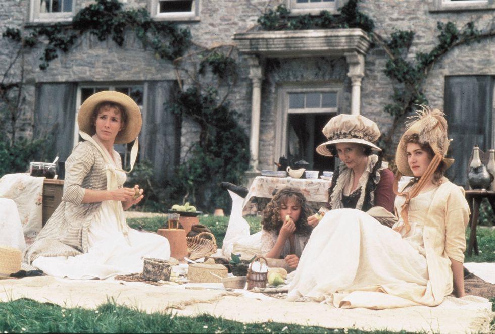 Uma jovem Kate Winslet (à direita) no filme 'Razão e sensibilidade', rodado em 1995. A atriz compartilhou cenas com Emma Thomson e foi dirigida por Ang Lee. Winslet interpretou a Marianne Dashwood no filme baseado na novela homônima de Jane Austen e foi nominada, pela primeira vez, ao Oscar como melhor atriz coadjuvante.