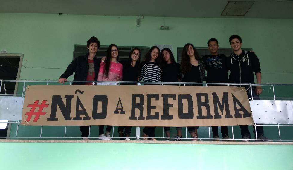 Ana Júlia (4º da esq. para a dir.), com os colegas no colégio onde estuda.