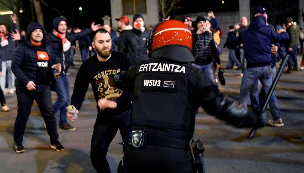 Confronto entre extremistas do Spartak de Moscou e da Ertzaintza (a força policial basca), em Bilbao.