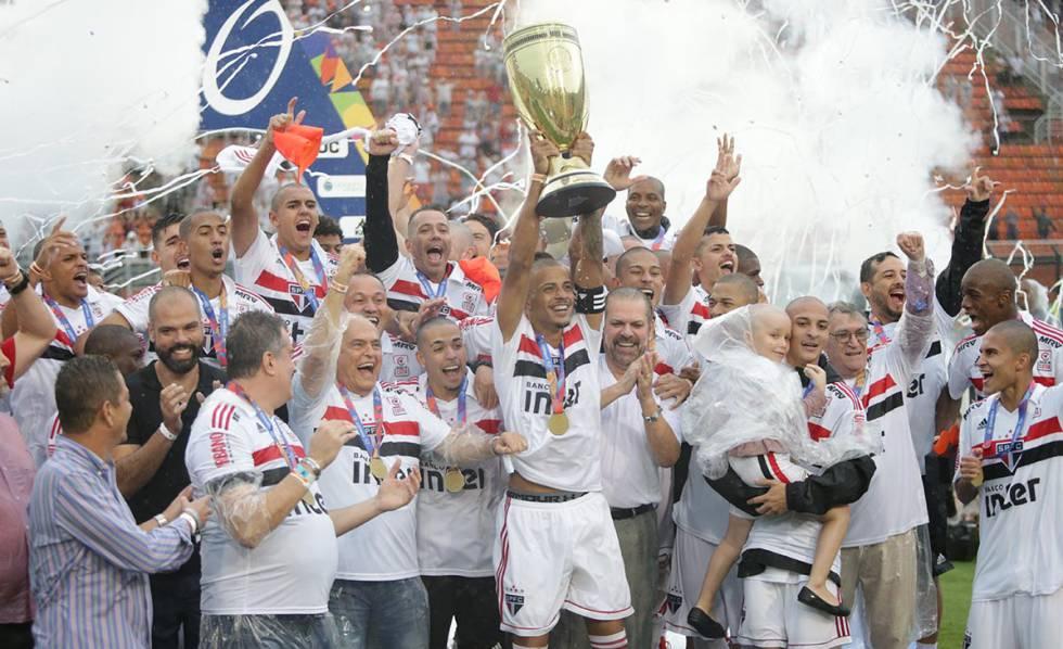 O capitão Diego levanta a taça de campeão da Copa São Paulo.