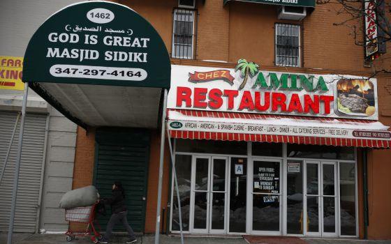 Fachada do restaurante africano de Nafissatou Diallo no Bronx.