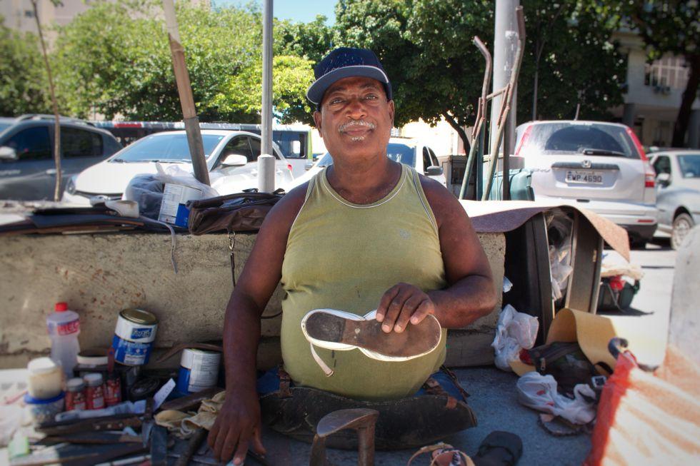 Ailton Pontes conserta sapatos em uma rua do Rio.
