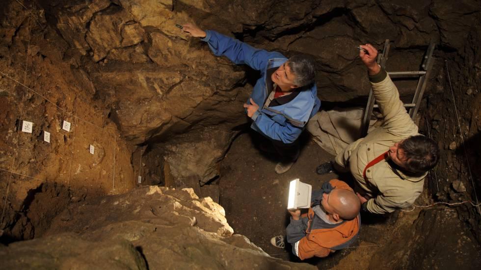 Richard Roberts, Vladimir Ulianov e Maxim Kozlikin na gruta de Denisova, onde foram achados os restos da jovem híbrida