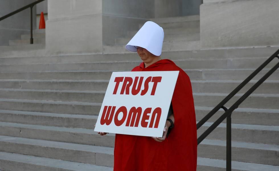 Uma mulher vestida como as personagens da série 'O Conto da Aia' protesta contra a nova lei antiaborto, em frente ao Capitólio da Geórgia