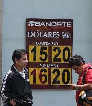 Um banco mexicano exibe a taxa de câmbio.