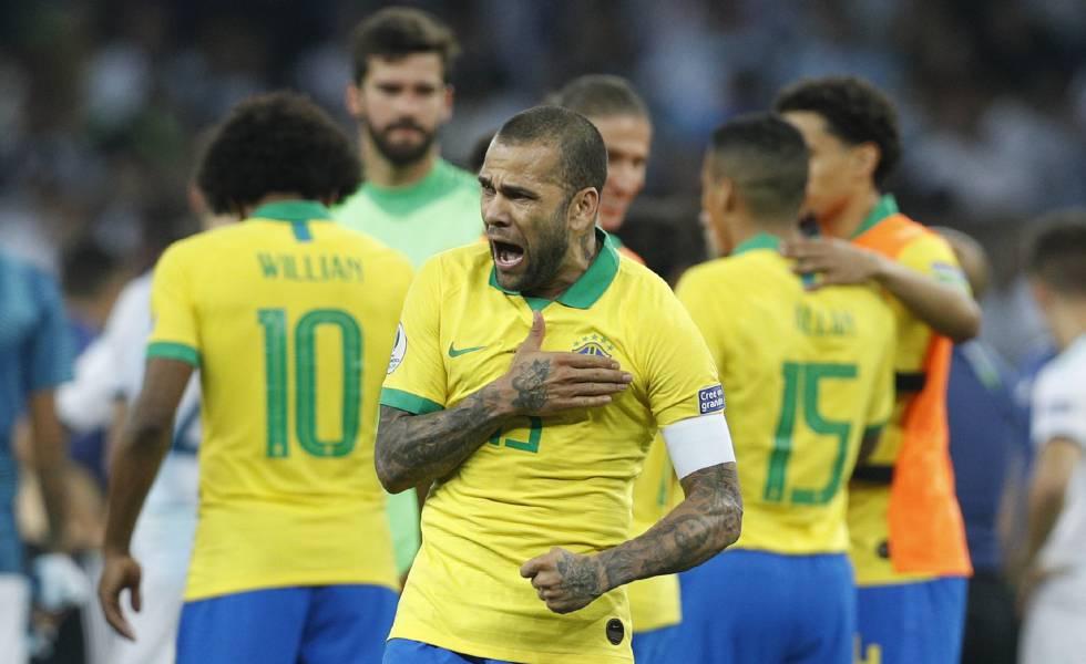 Daniel Alves comemora a vitória contra a Argentina na semifinal.