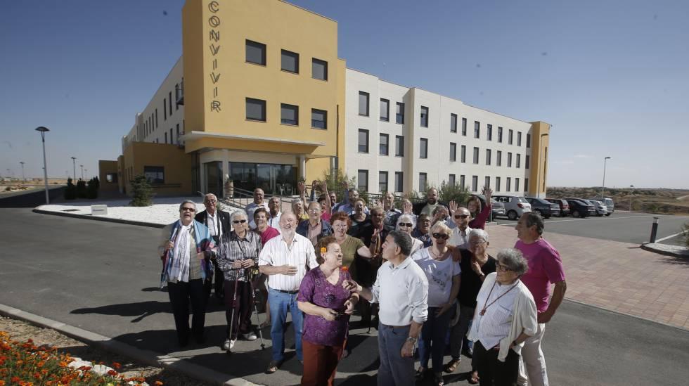 Grupo de amigos aposentados que vive na residência autogerida Convivir, em Cuenca, na Espanha.